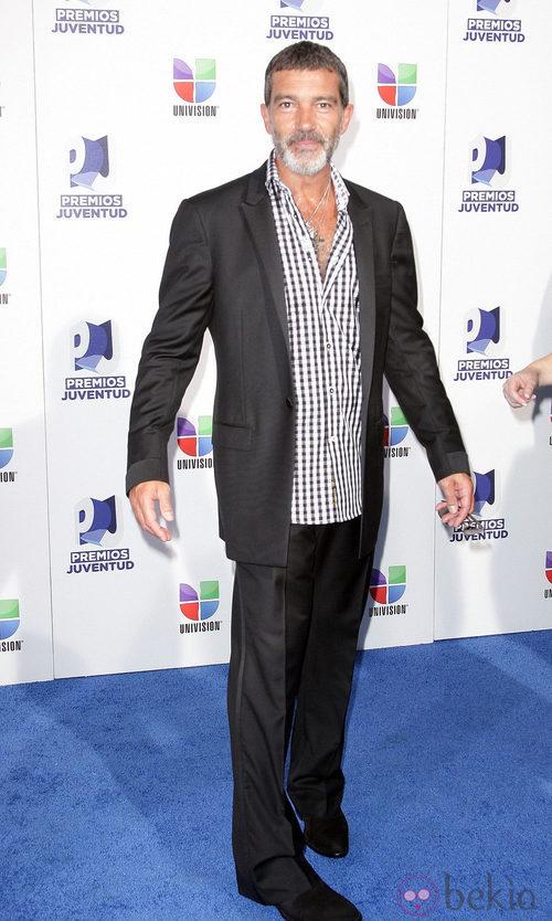Antonio Banderas con traje informal y camisa de cuadros