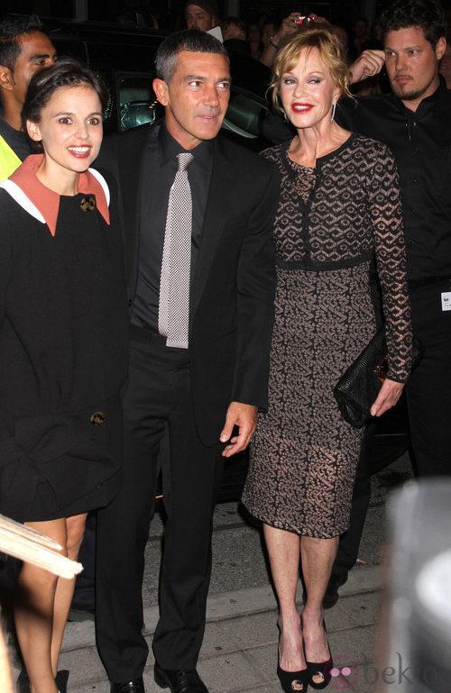 Antonio Banderas con traje y camisa negra y corbata de cuadros