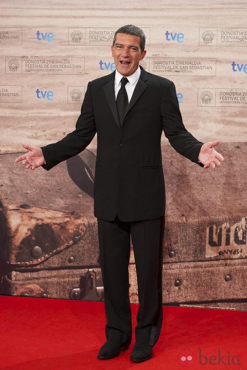 Antonio Banderas con traje negro y solapas de raso