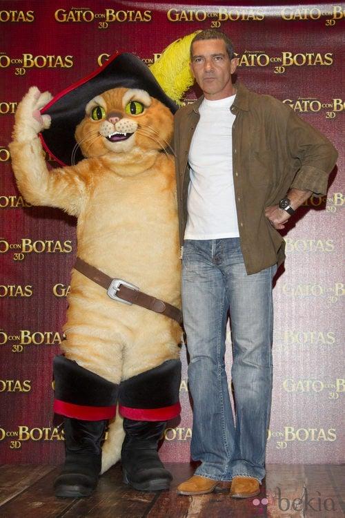 Antonio Banderas con look informal