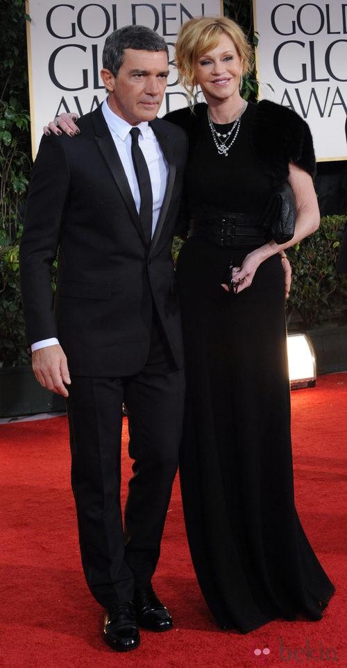 Antonio Banderas con traje negro y corbata fina