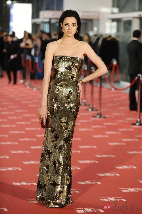 Dafne Fernández con vestido dorado de paillettes en los Goya 2012