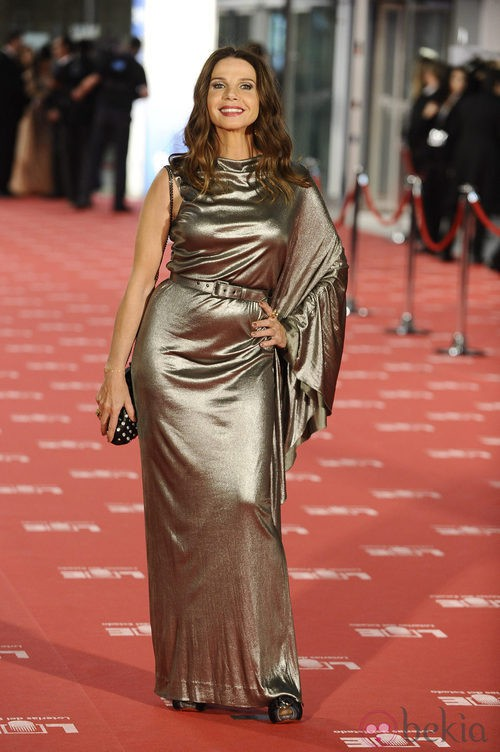 Victoria Abril con vestido ocre en los Goya 2012