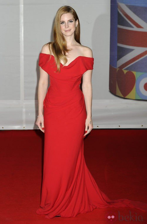 Lana del Rey con vestido rojo de Vivienne Westwood en los Premios Brit 2012