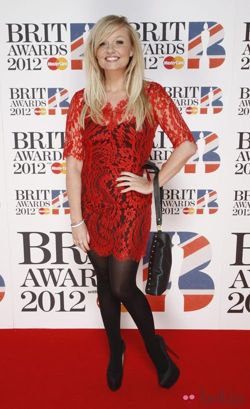 Emma Bunton con vestido de encaje rojo en los Premios Brit 2012