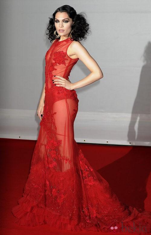 Jessie J con vestido rojo con trasnparencias de Falguni & Shane Peacock en los Premios Brit 2012