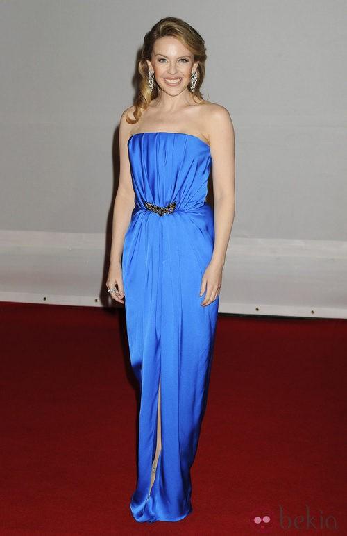 Kylie Minogue con vestido azul de Yves Saint Laurent en los Premios Brit 2012