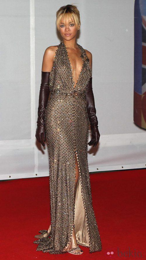 Rihanna con vestido dorado de Givenchy en los Premios Brit 2012