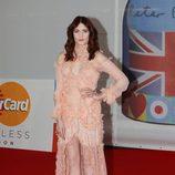 Florence Welch con vestido rosa empolvado de Alexander McQueen en los Premios Brit 2012