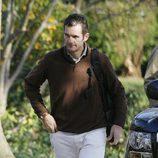 Iñaki Urdangarín con pantalones blancos y jersey de punto marrón