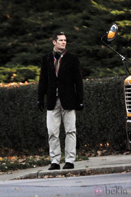 Iñaki Urdangarín con pantalones beige y chaqueta negra
