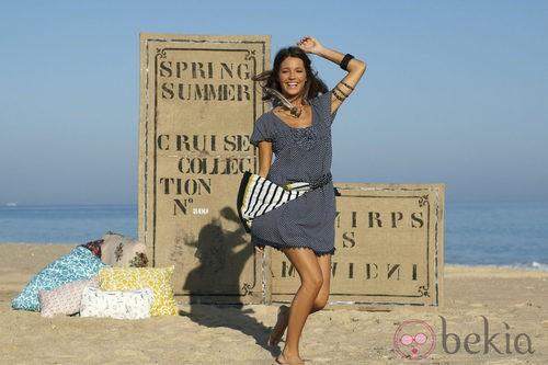 Malena Costa con vestido azul de lunares de Indiwoman