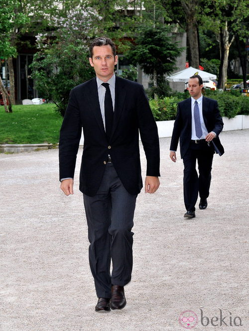 Iñaki Urdangarín con americana negra y pantalones gris plomo
