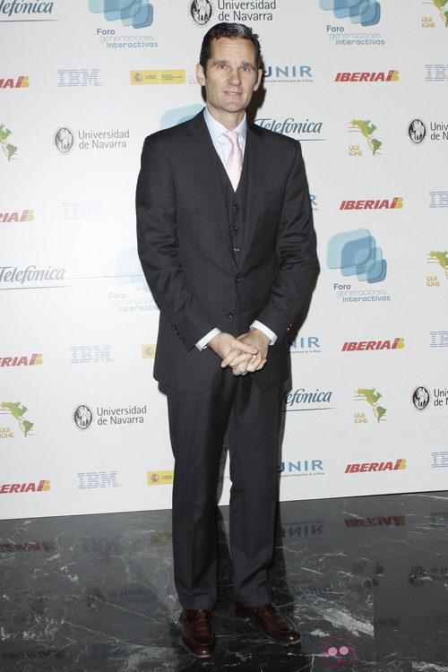 Iñaki Urdangarín con traje gris oscuro y corbata rosa palo