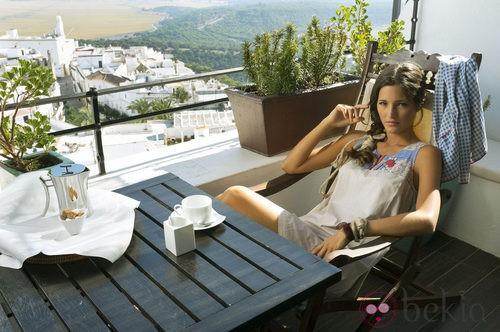 Malena Costa con vestido blanco de la nueva colección de Indiwoman