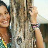 Malena Costa con camisa de lunares y pulseras para Indiwoman