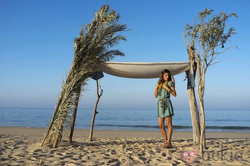 Malena Costa con vestido estampado de la nueva colección de Indiwoman
