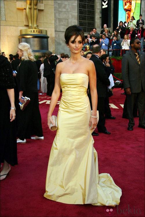 Penélope Cruz con vestido de Oscar de la Renta en la gala de los Oscar del año 2005