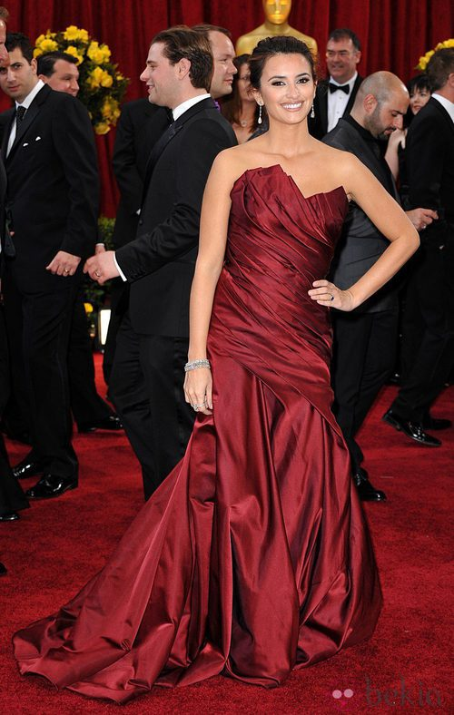 Penélope Cruz con vestido de Donna Karan en la gala de los Oscar del año 2010