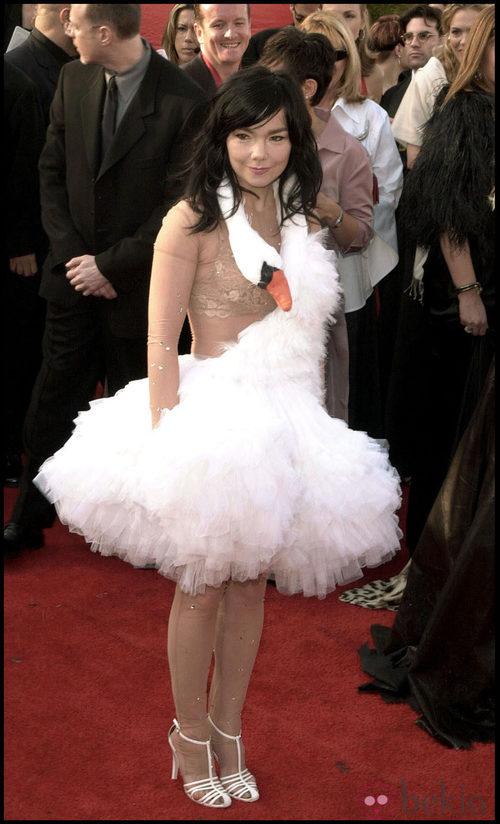 Björk con un vestido modelo cisne en los Oscar de 2001
