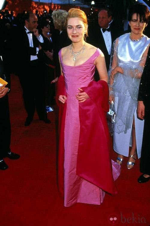 Kate Winslet con vestido rosa en la gala de los Oscar de 2001
