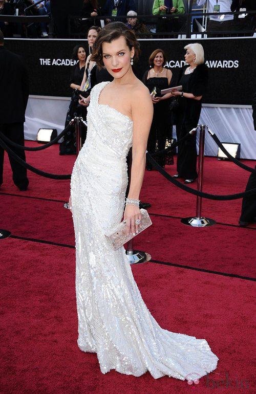 Mila Jovovich con un vestido de Elie Saab en los Oscar de 2012