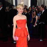 Michelle Williams llevó un vestido rojo de Loius Vuitton a los Oscar de 2012