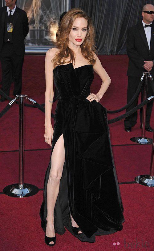 Angelina Jolie de negro en los Oscar de 2012