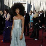 Esperanza Spalding con vestido azul grisaceo en los Oscar de 2012