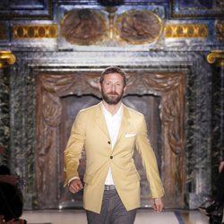 Stefano Pilati al finalizar el desfile en la Semana de la Moda de París 2011