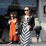 Olivia Wilde con chaqueta perfecto y vestido black&white