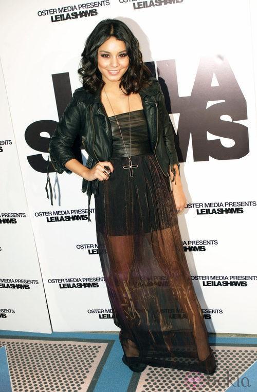 Vanessa Hudgens con chaqueta perfecto y vestido con transparencias