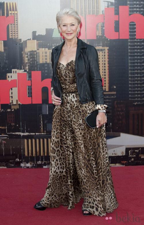Helen Mirren con chaqueta perfecto y vestido de print animal