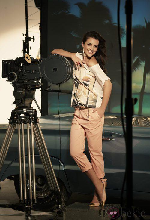 Paula Echevarría con chinos rosas y camiseta estampada para Suite Blanco