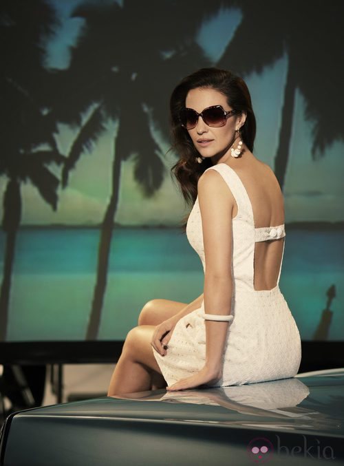 Paula Echevarría con vestido de encaje blanco para Suite Blanco