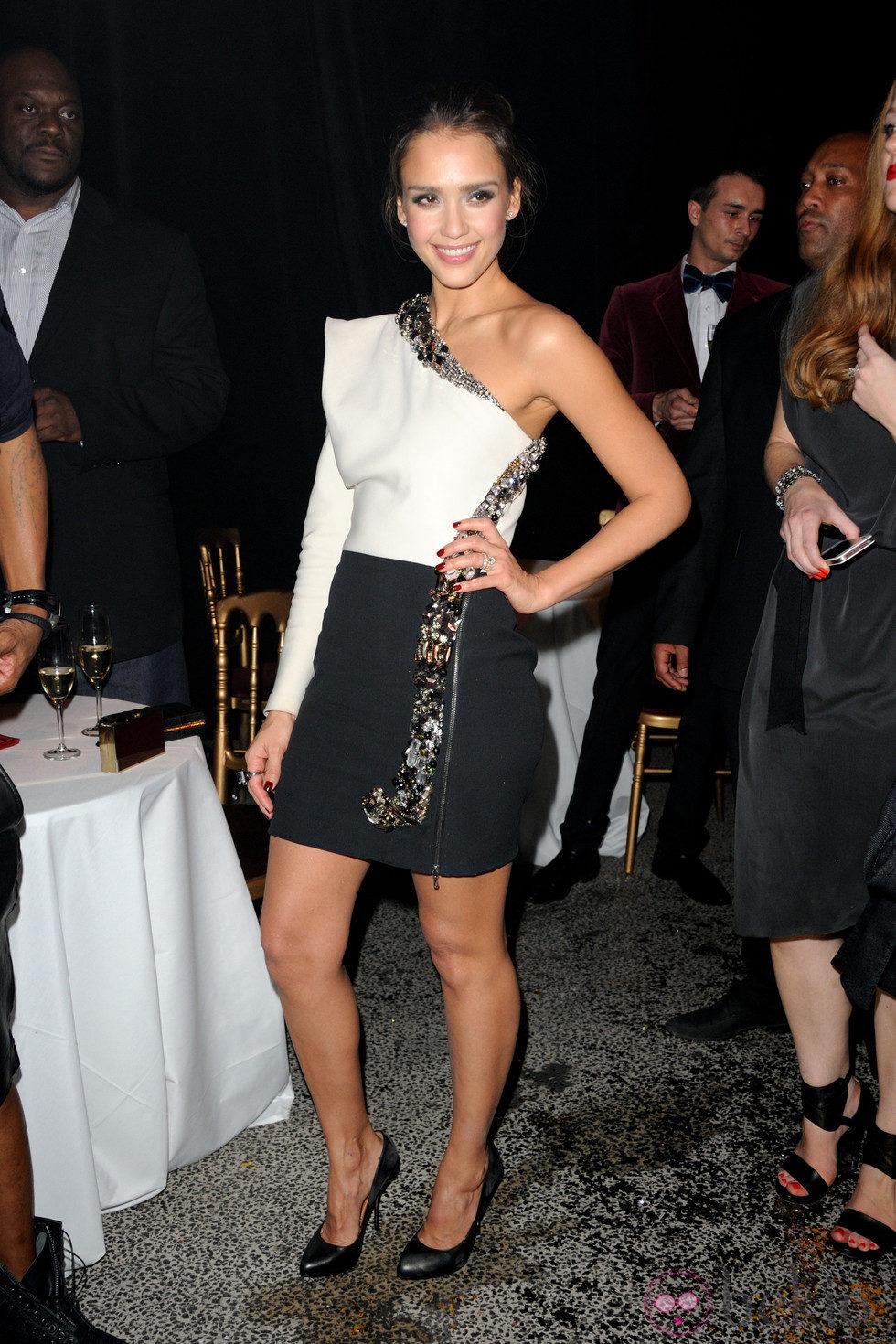 Jessica Alba con diseño en blanco y negro de Lanvin en el front row de la firma