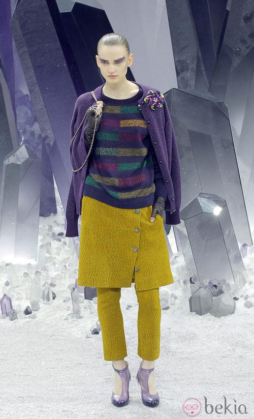 Chaqueta de tweed en tono morado y falda saco en mostaza de Chanel otoño/invierno 2012/2013