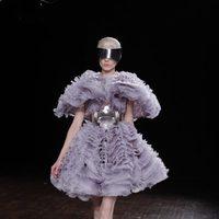 Diseño lila con grandes volúmenes de Alexander McQueen otoño/invierno 2012/2013