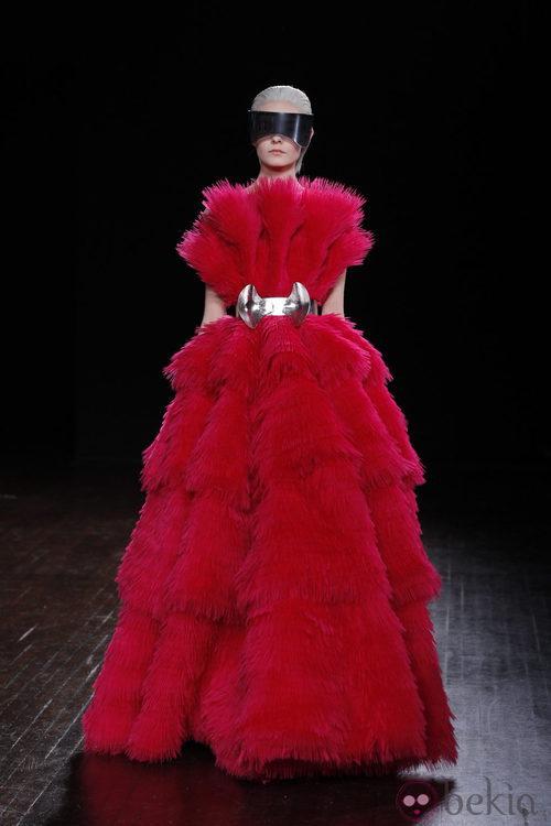 Diseño rojo con grandes volúmenes de Alexander McQueen otoño/invierno 2012/2013