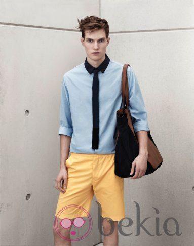 Blusa azul con bermudas amarillas de Marni para H&M