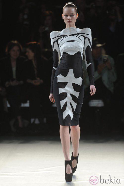 Vestido geométrico en blanco y negro de Thierry Mugler en la París Fashion Week