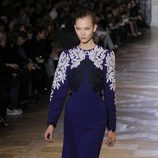 Vestido azul eléctrico con encaje blanco de Stella McCartney en la París Fashion Week
