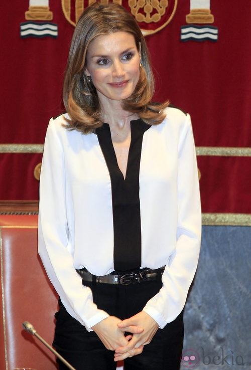 La Princesa Letizia con camisa blanca de Mango