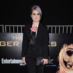 Kelly Osbourne con traje pantalón negro en el estreno de 'Los juegos del hambre'