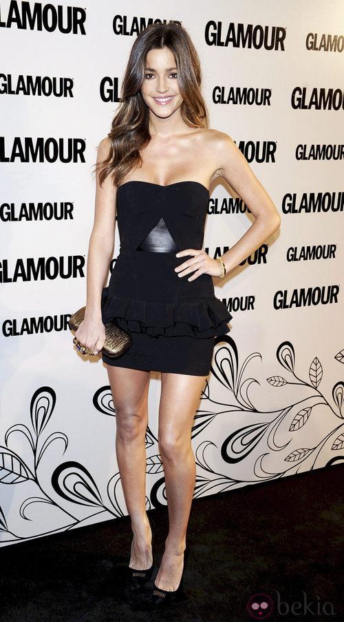 Malena Costa con clutch de Alexander Mcqueen en la décima edición de los Premios Glamour