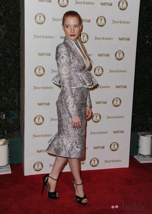 Jessica Chastain luce vestido con peplum en la fiesta solidaria de Vanity Fair de Los Ángeles