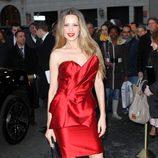 Petra Nemcova con vestido rojo con peplum en la semana de la moda de Nueva York
