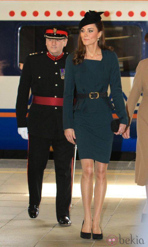 La Duquesa de Cambridge con tendencia peplum a su llegada a Leicester