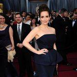 Tina Fey con peplum en la alfombra roja de los Oscar 2012