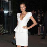 Irina Shayk con minivestido blanco y peplum en el estreno de 'Los juegos del hambre' en Nueva York